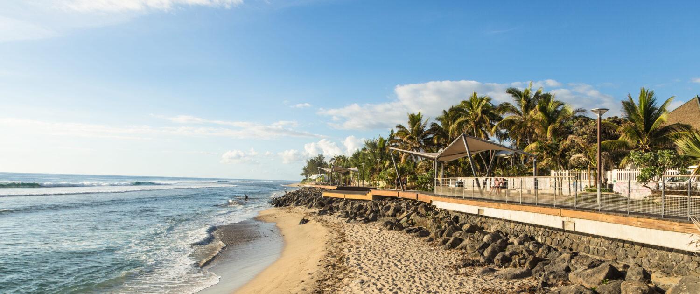 Profitez de la plage des Roches Noires à Saint-Gilles les Bains avec Keylodge, votre expert de la location saisonnière à la Réunion