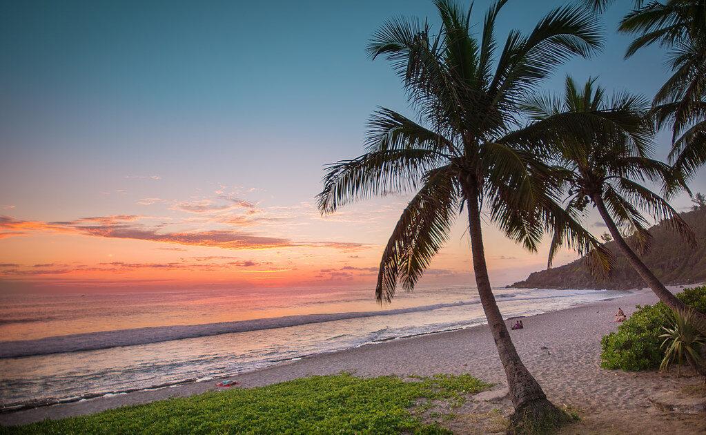 Top 10 des plages de la réunion - Coucher de soleil depuis la plage de Grand Anse avec Keylodge, locations saisonnières à la réunion