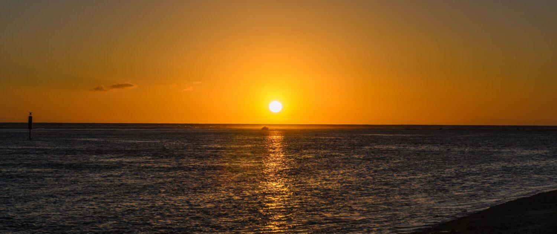 Observer le coucher de soleil de la plage de l'hermitage avec les location saisonnières Keylodge
