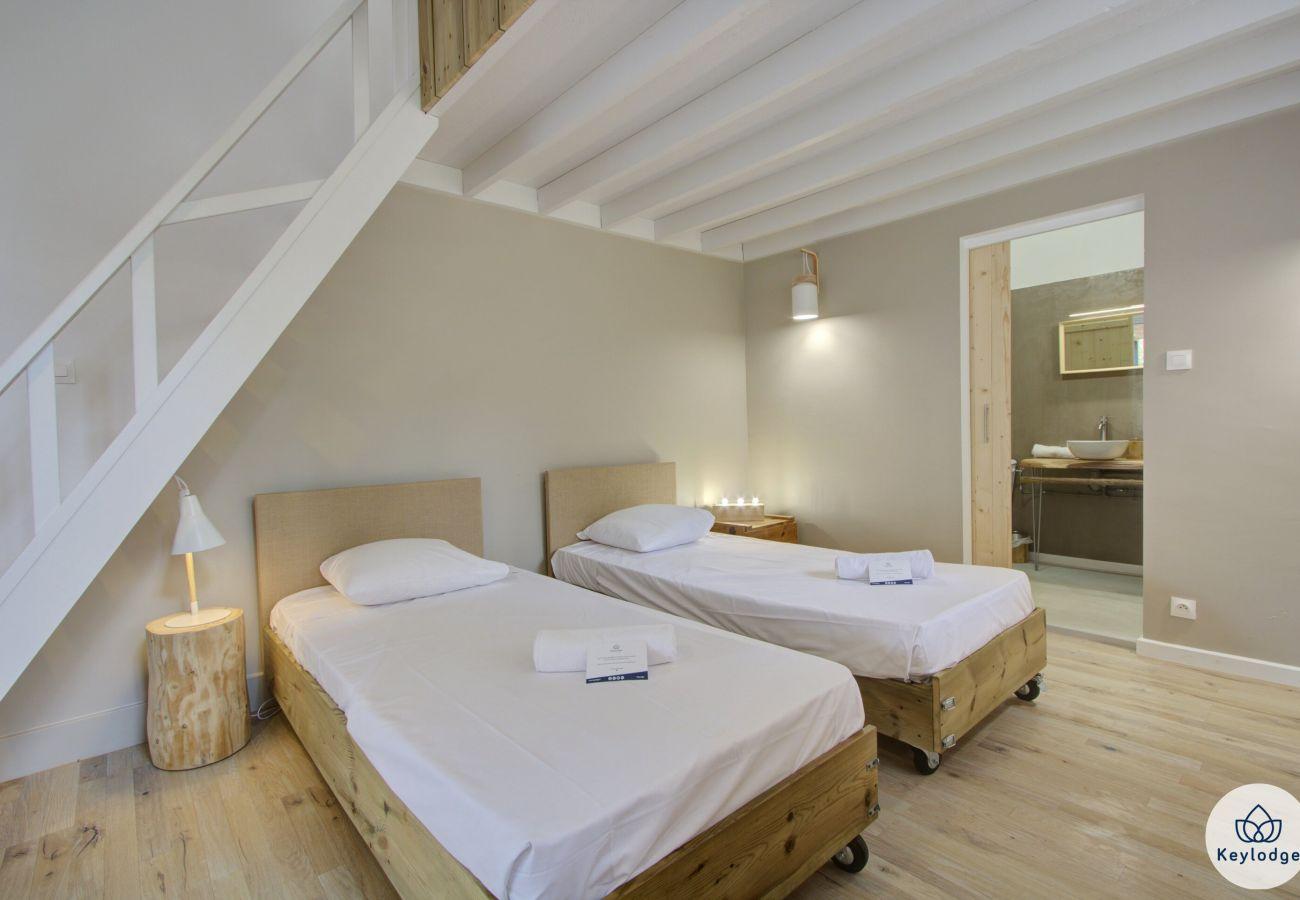 Chambres d'hôtes à Sainte-Clotilde - Chambre « Le Capucin » - Les Ser(e)ins – Nature – St-Denis